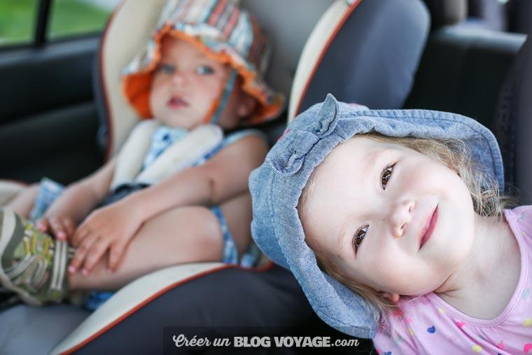 Il peut être utile d'expliquer aux enfants le déroulement du trajet, combien de temps cela va dûrer et à quel moment l'on va s'arrêter de sorte à ce qu'il soit prêt pour de longues heures de route.