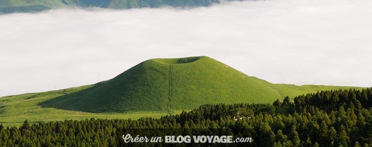 Le mont Aso est le plus vaste des volcans du Japon, mais aussi un des plus actifs. Sa caldeira compte parmi les plus grandes du monde.