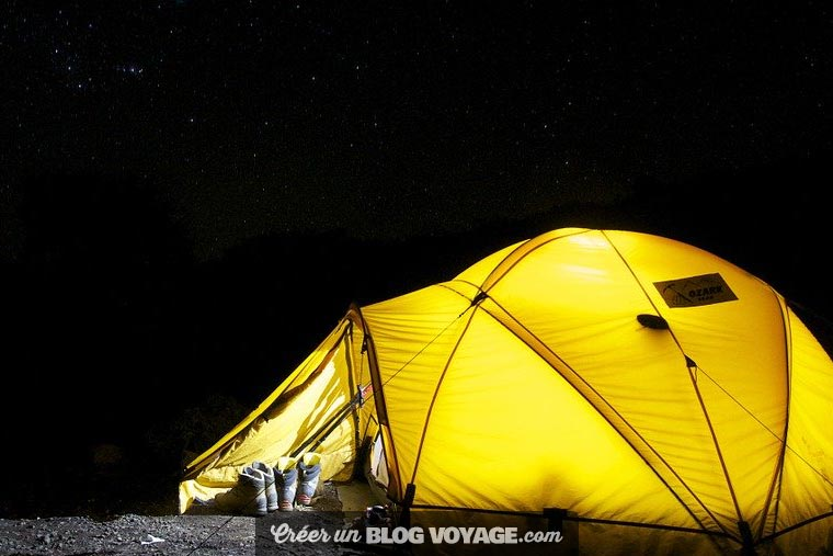 Pour camper en montagne, il est indispensable d'avoir recours à une tente de qualité, testée et approuvée.